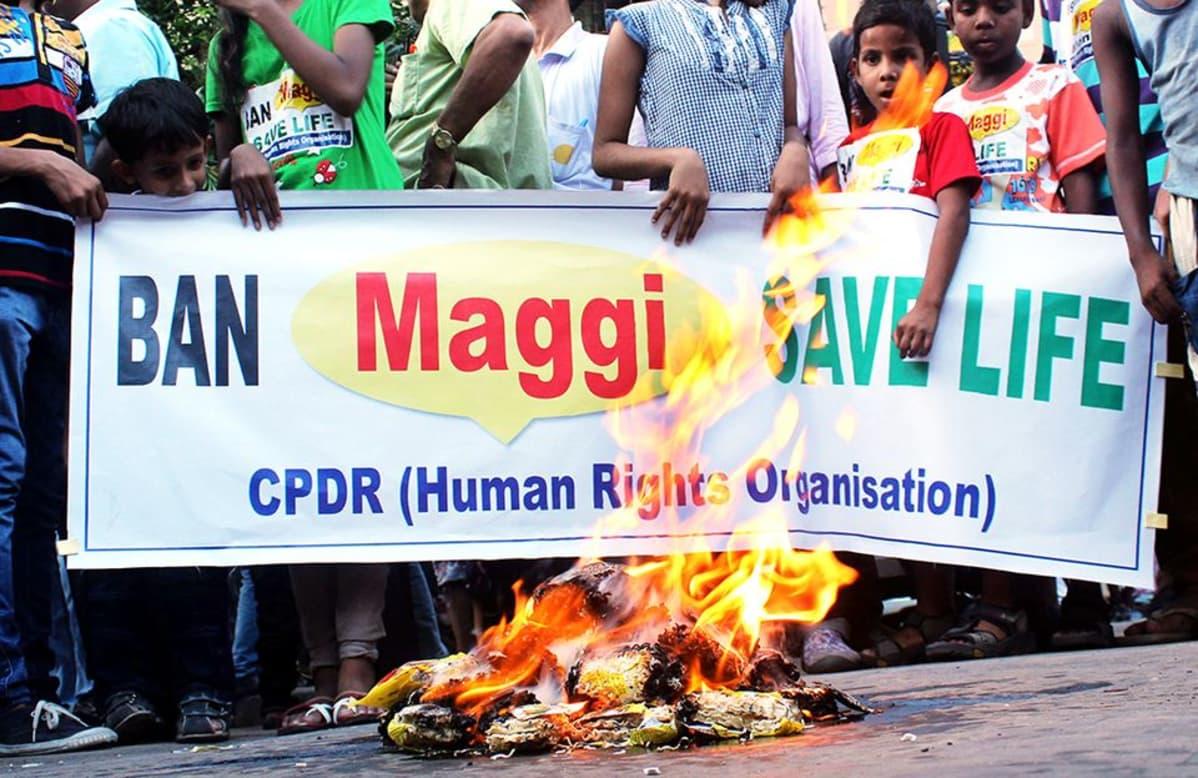 Mielenosoittajat polttivat Nestlen Maggi-nuudeleita Kalkutassa, Intiassa 4. kesäkuuta.