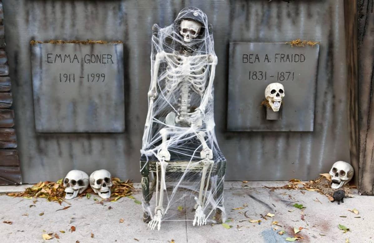 Losangelesilainen Brooks Utley on käyttänyt kotinsa halloween-koristeisiin vuosien varrella useita tuhansia dollareita. Kuvassa luurankoja ja tekaistuja hautapaasia.