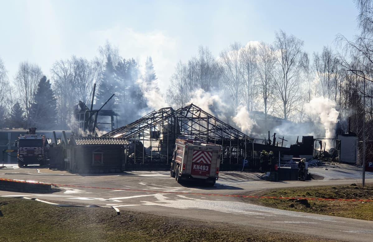Tulipalossa tuhoutunut kukkatalo Lammilla.