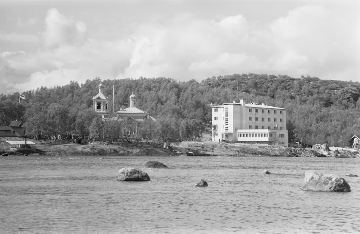 Kolttakönkään matkailijahotelli ja ortodoksinen kirkko Paatsjoelta päin nähtynä 1939