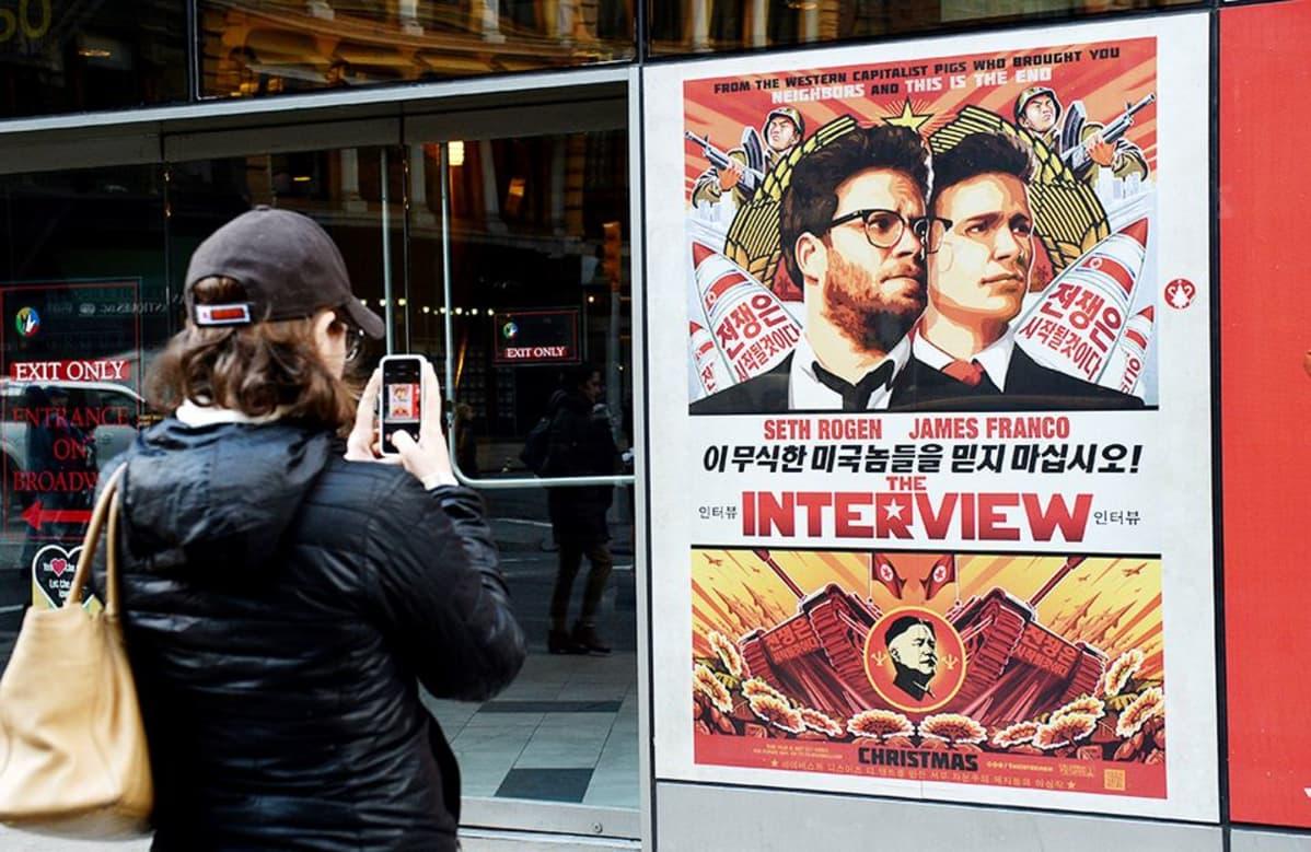 The Interview -elokuvan juliste New Yorkissa 18. joulukuuta 2014.