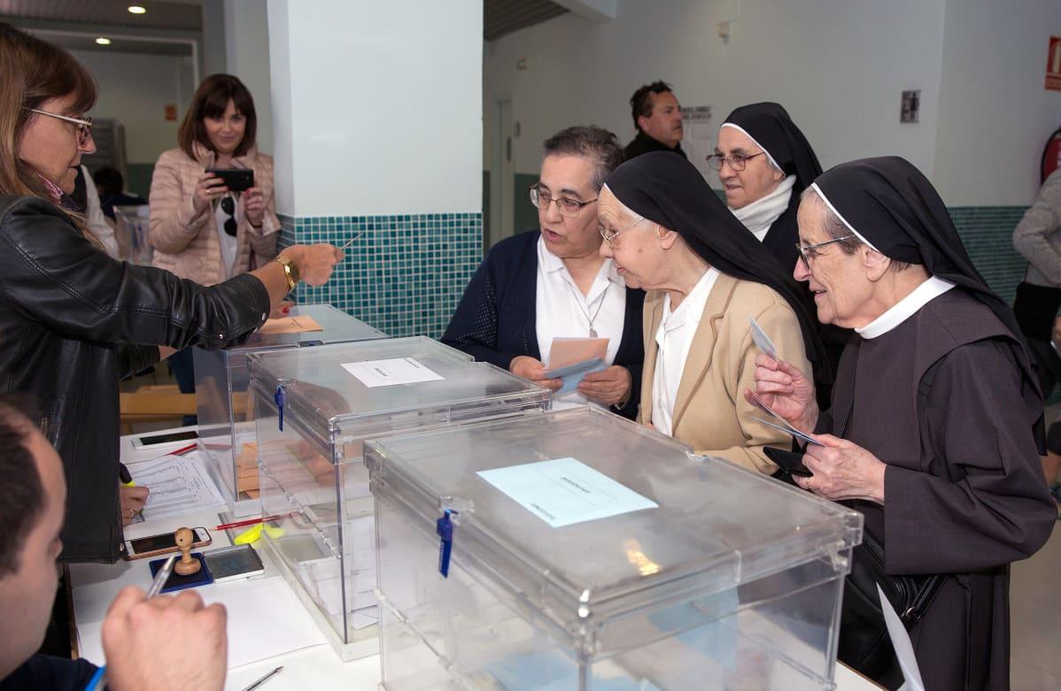 Joukko nunnia kävi äänestämässä sunnuntaina Logronossa, Pohjois-Espanjassa. 64 prosenttia espanjalaisista käytti äänioikeuttaan eurovaaleissa.