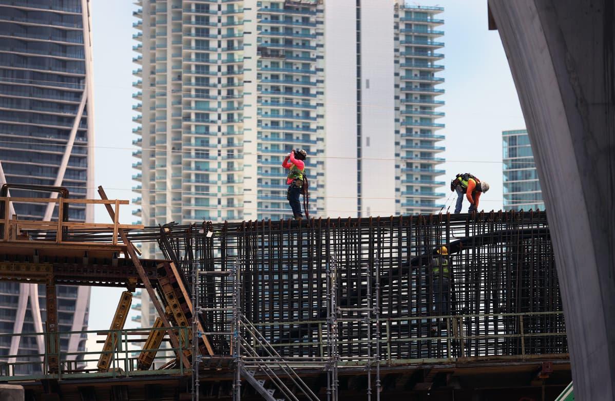 Työntekijöitä siltatyömaalla Floridassa.