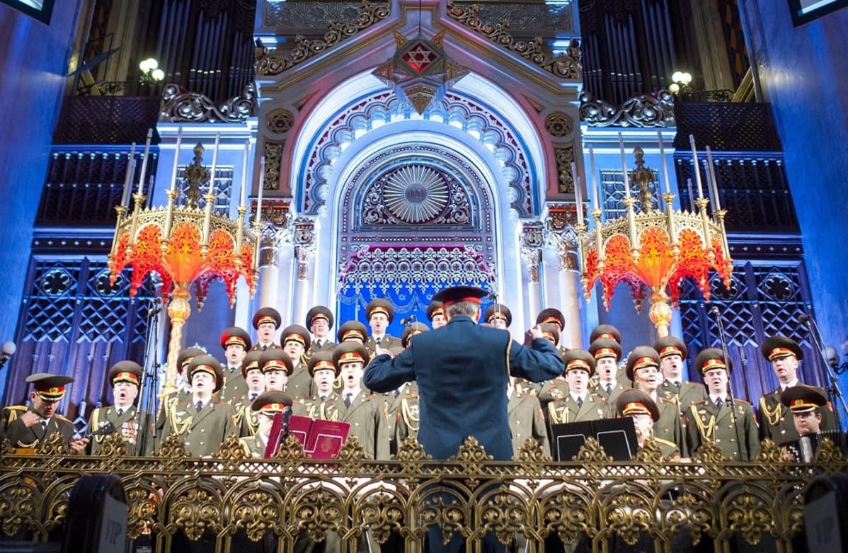 Univormupukuisten sotilaiden kuoro koristeellisessa synagogassa.