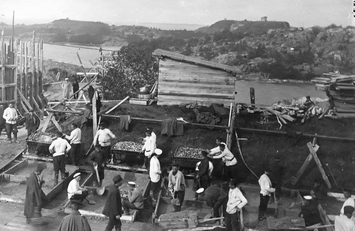 Betonipatterin rakentamista Kuninkaansaaressa vuonna 1900. Kuva: Sotamuseo