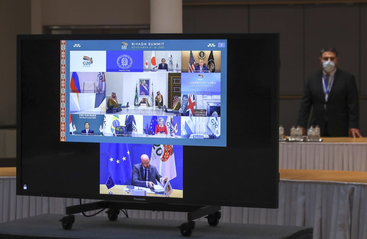 G20-virtuaalikokous käynnissä televisionäytöllä