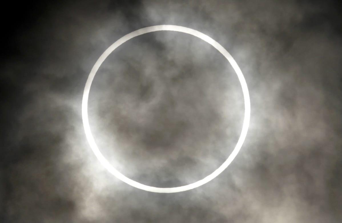 Pimeä taivas, jossa Auringosta näkyy vain rengas.