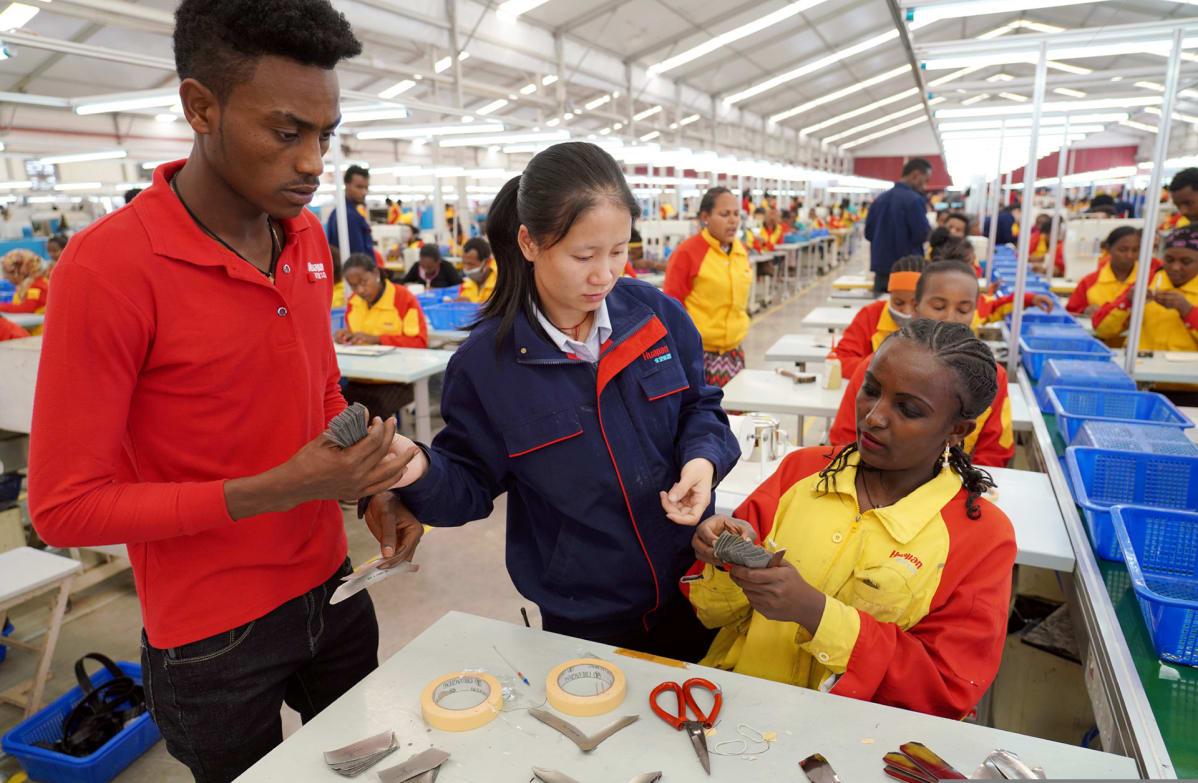 Huajianin kenkätehtaalla valmistuu vientiin 8000 kenkäparia päivässä.
