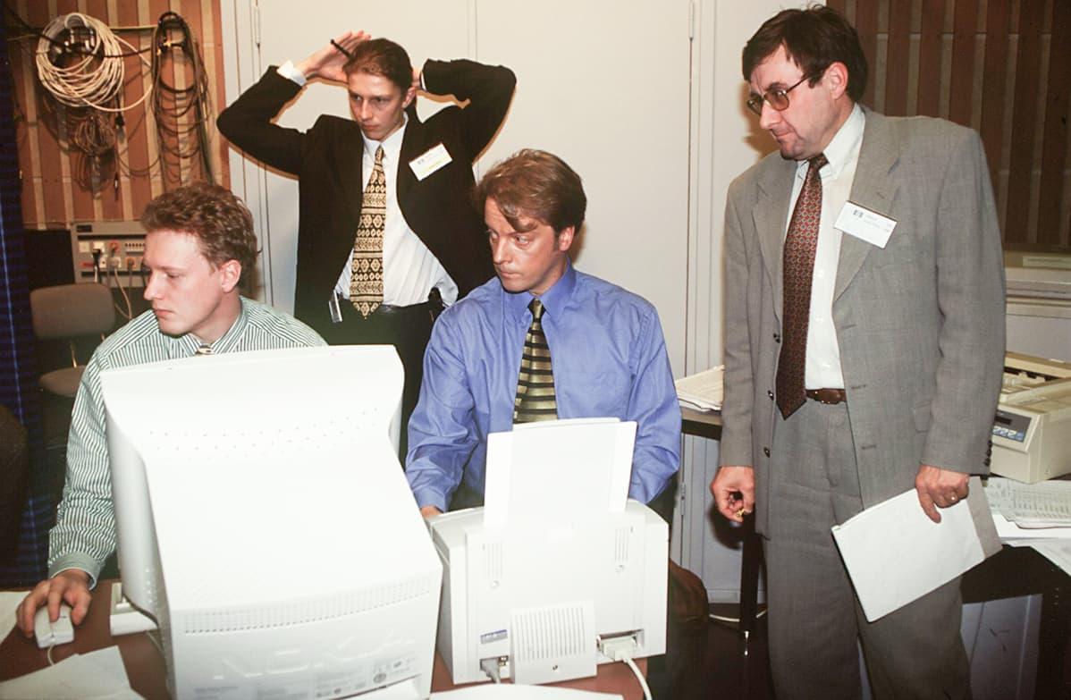 Kuntavaalit ja europarlamenttivaalit 1996.  Pekka Haara, Jouni Siren, Matti Rönkä ja Ari Järvinen työssä.