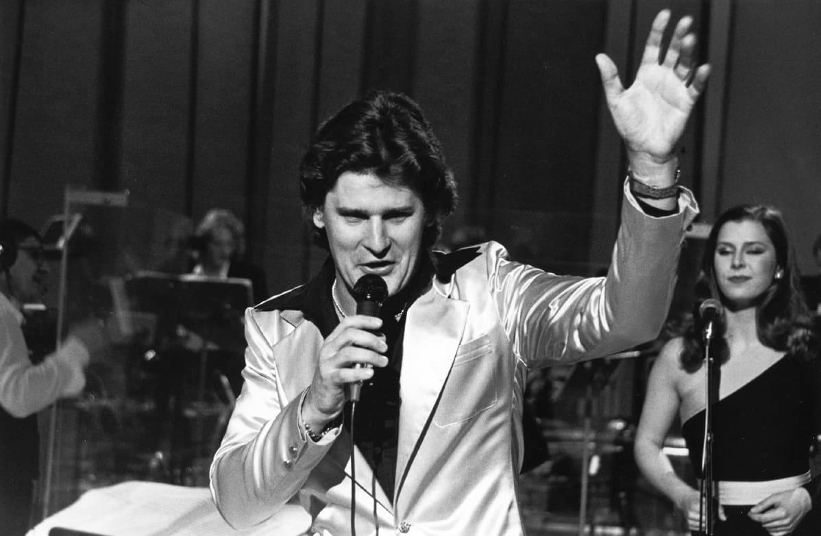 Frederik esiintyy Euroviisukarsinnoissa 1981.