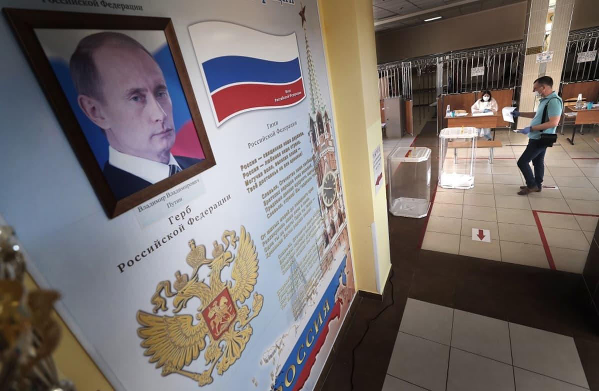 Putinia esittävä juliste, taustalla äänestäjä kasvomaskissa.
