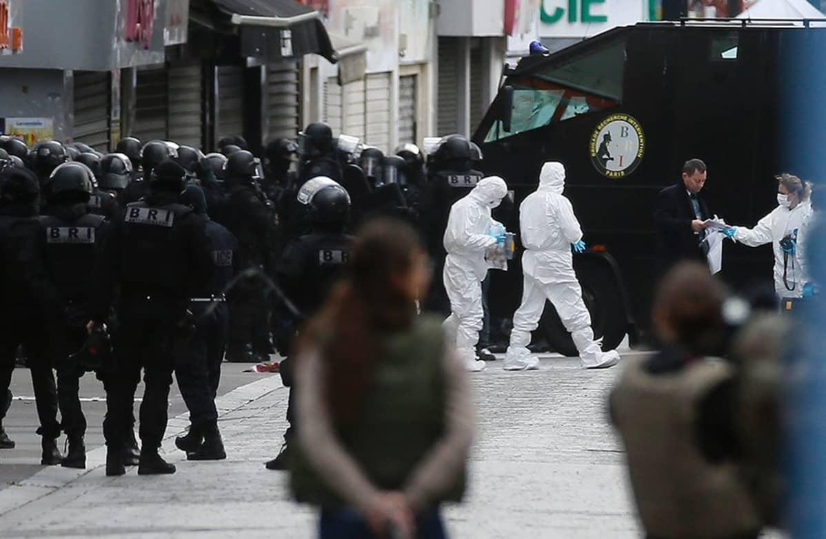 Poliiseja ja rikospaikkatutkijoita Saint-Denis'n kaupunginosassa keskiviikkona.