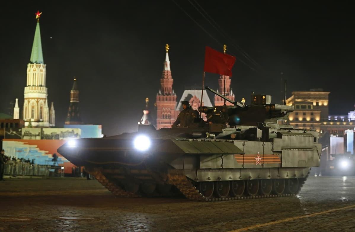 panssarivaunu yöllä moskovassa