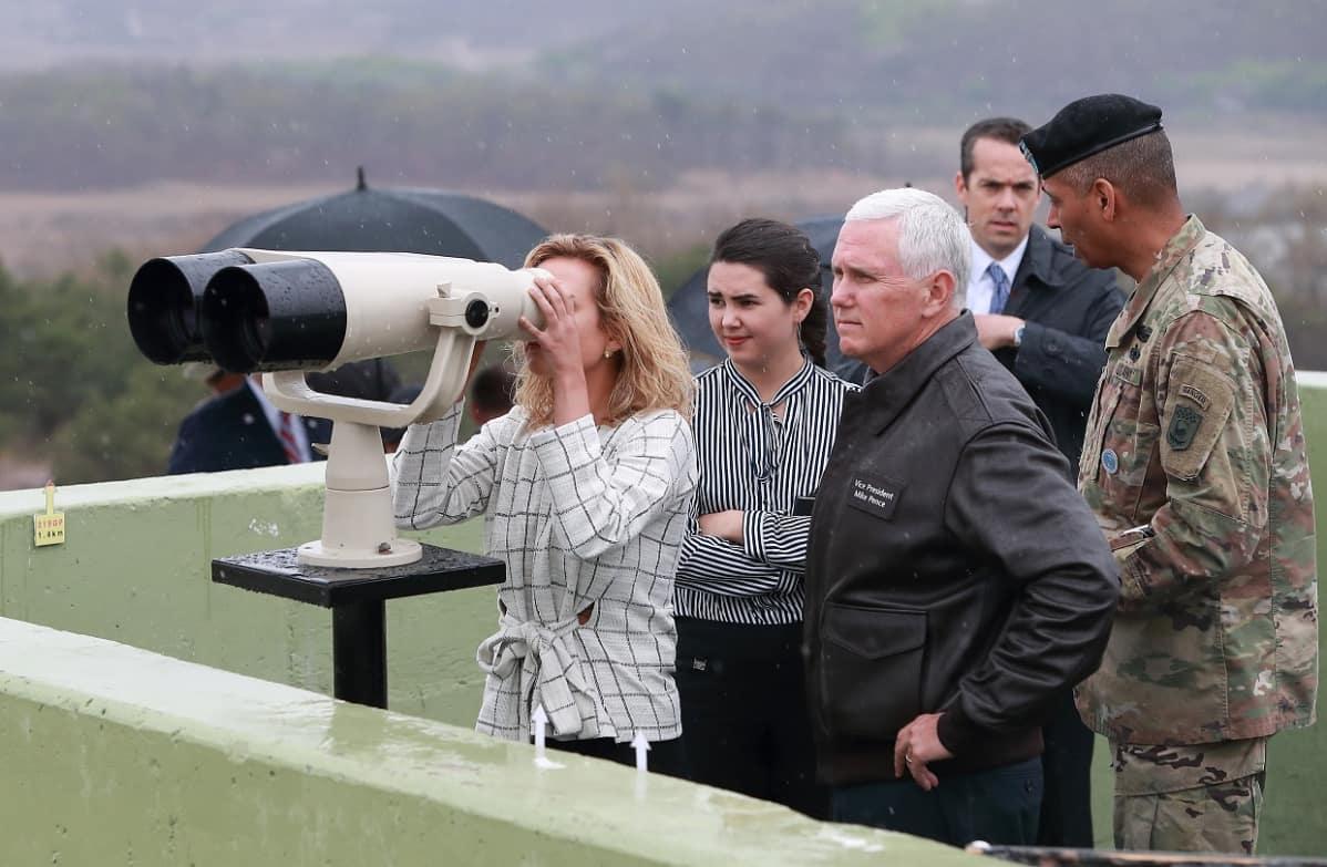 USA:n varapresidentti presidentti Mike Pence perheineen Koreoiden rajalla huhtikuussa 2017.