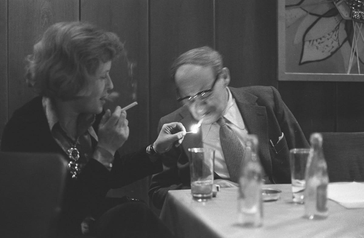 Pen-kokous hotelli Helsingissä 1975. tuntematon tupakansytyttäjä