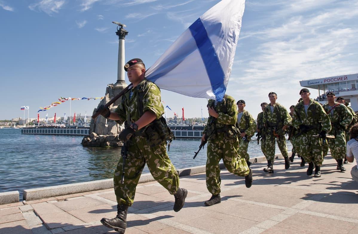 Venäjän Mustanmeren laivaston sotilaat marssivat paraatissa Ukrainalta vallatulla Krimillä Sevastopolin kaupungissa heinäkuussa 2014.