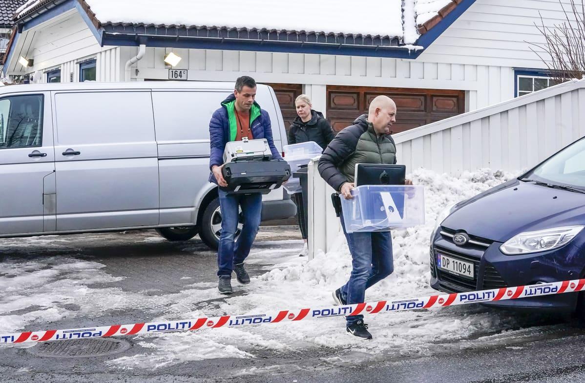 Poliisit kantavat todistusaineistoa Waran kotoa Oslossa maaliskuussa 2019.