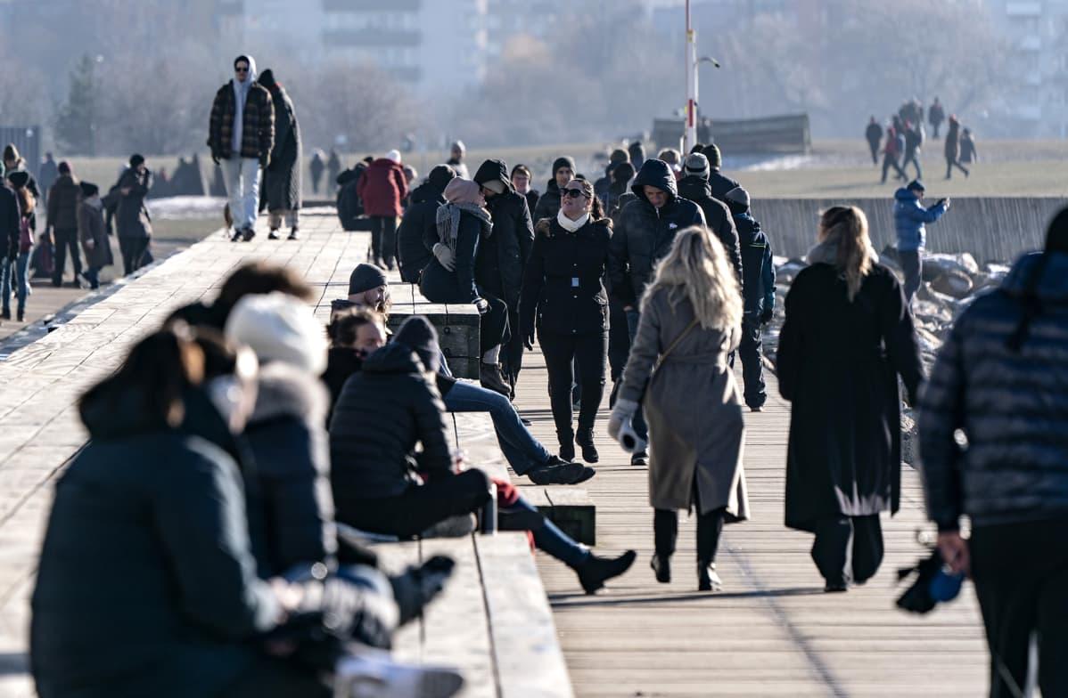 Ihmisiä ulkoilemassa aurinkoisena päivänä Malmössä 14. helmikuuta.
