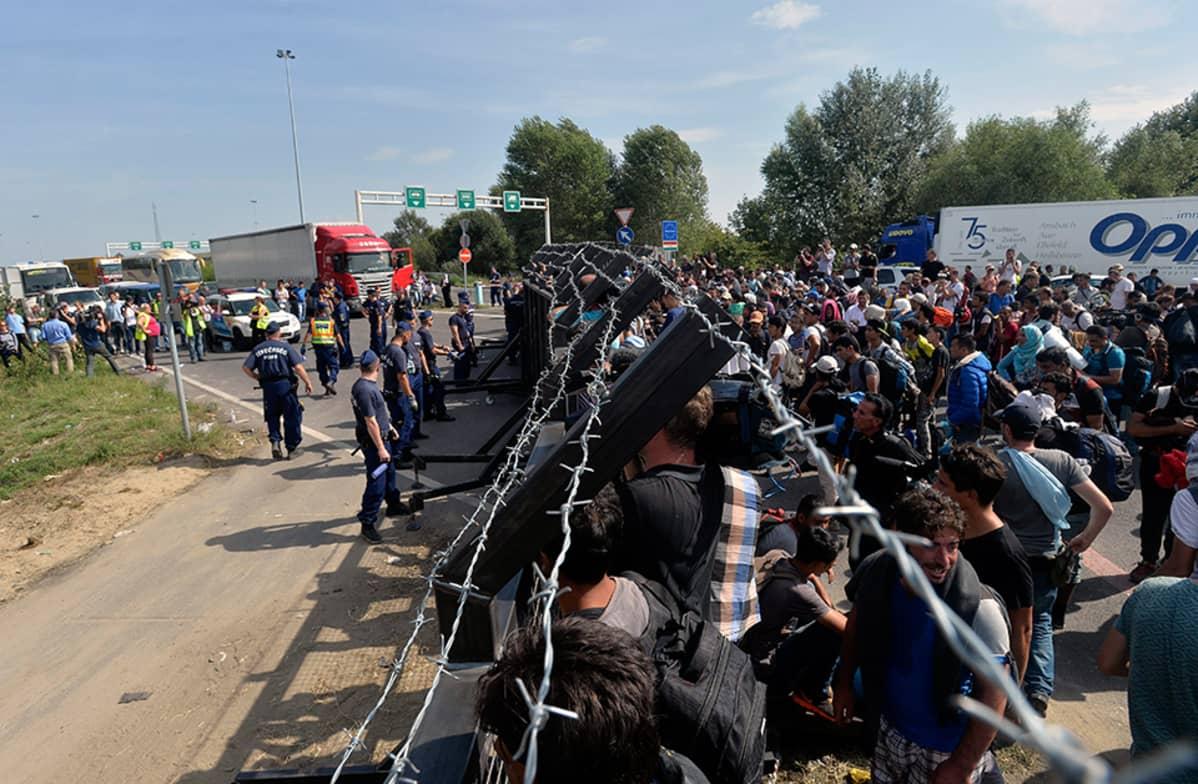 Pakolaisia Serbian ja Unkarin rajalla Horgoksessa, Serbiassa 15. syyskuuta.