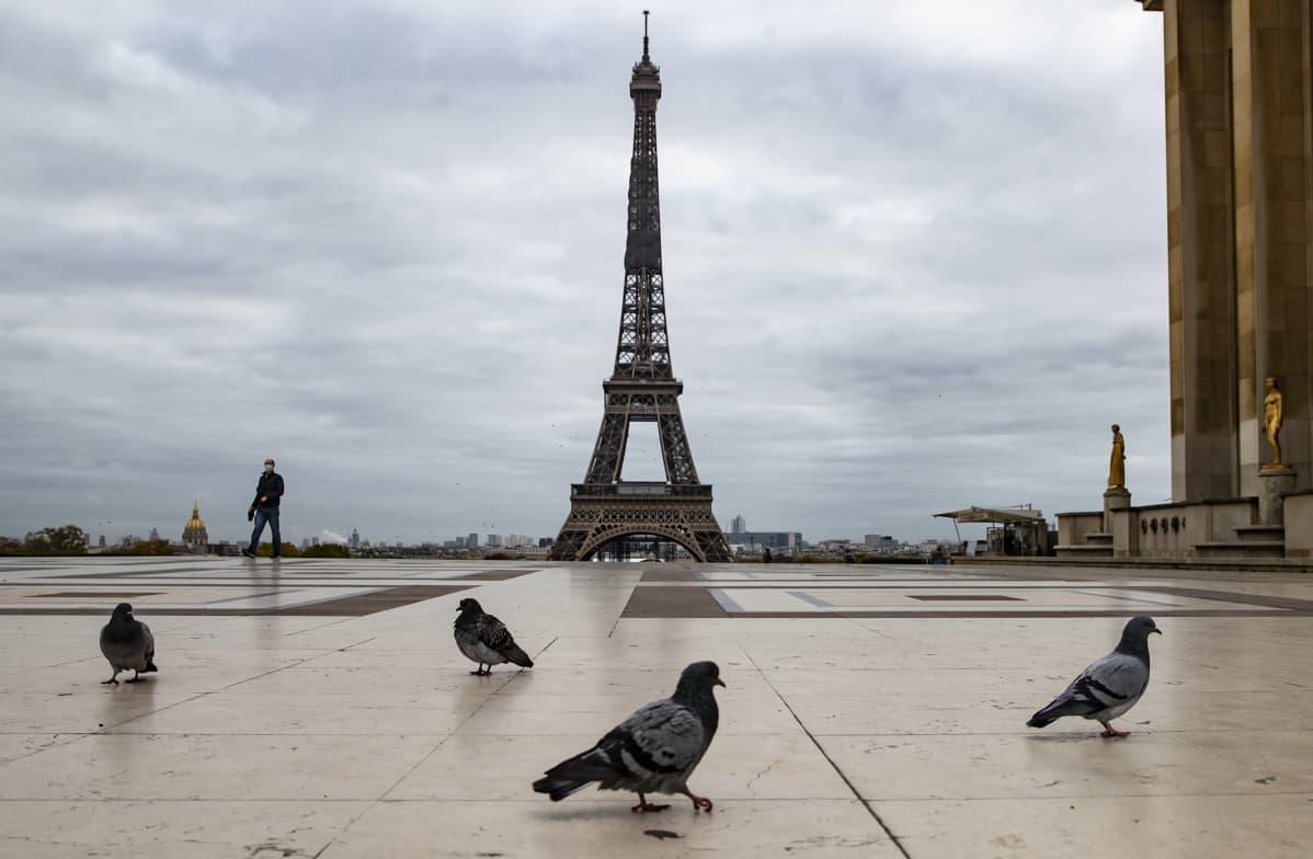 Pariisin Eiffel-tornin edusta on tyhjillään maassa vallitsevan ulkonaliikkumiskiellon vuoksi.
