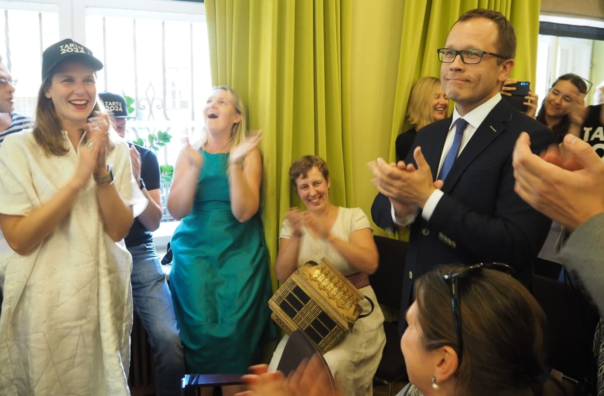 Tarton kaupunginjohtaja Urmas Klaas (oik.) ja muut Tarton kaupungin edustajat iloitsivat voitosta.