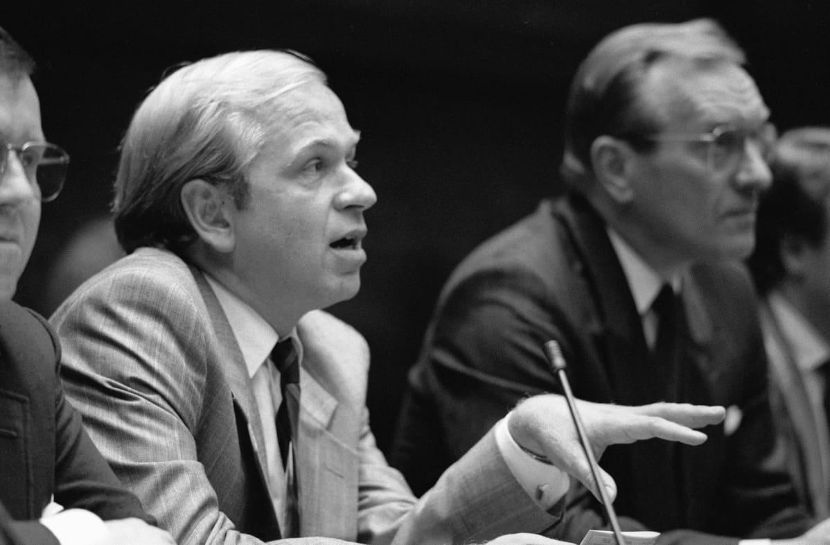 Valtiovarainministeri Erkki Liikanen kertoo vuoden 1990 tulo- ja menoarviosta eduskunnan auditoriossa 12. syyskuuta 1989. Taustalla pääministeri Harri Holkeri.