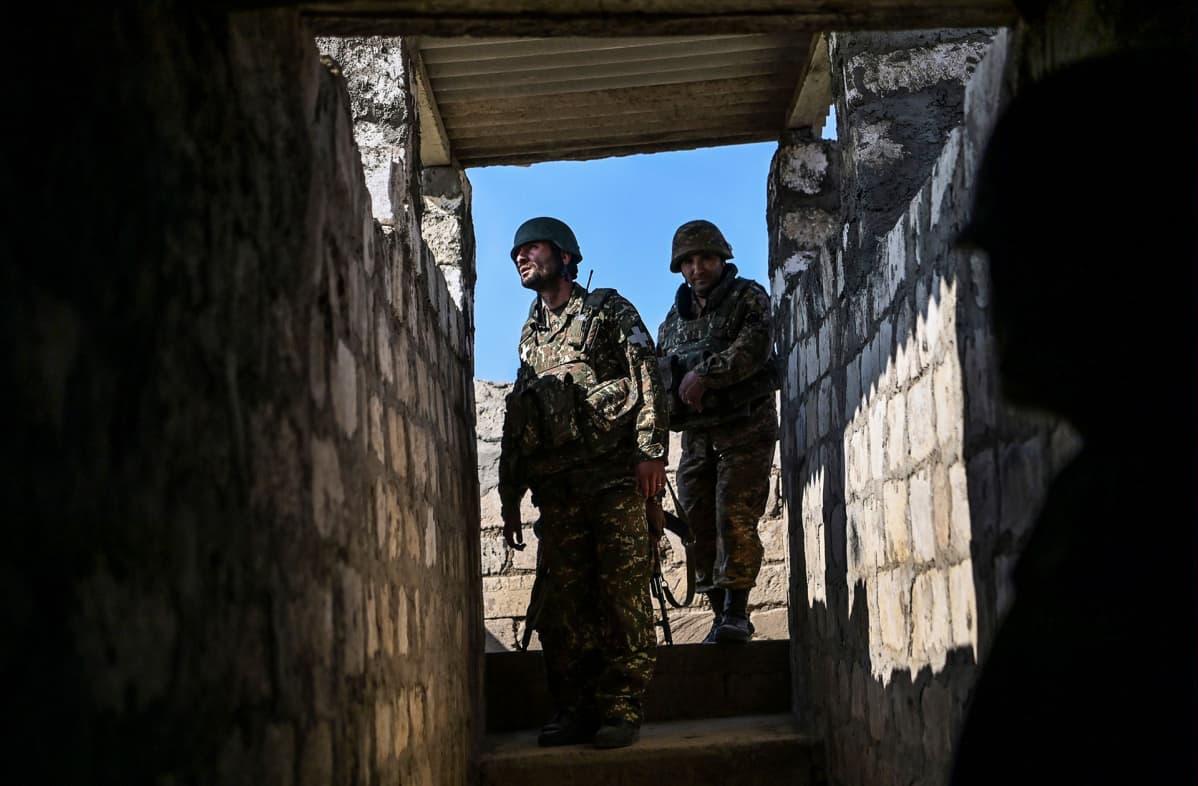 Armenialaissotilaat tarkkailevat suojasta miehittämättömän lennokin liikkeitä asemiensa yläpuolella.