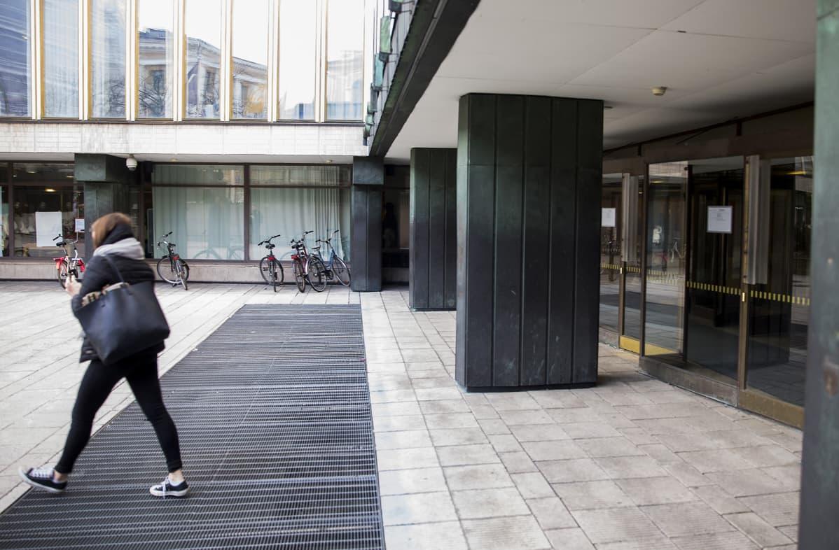 Helsingin yliopiston ulko-ovet.