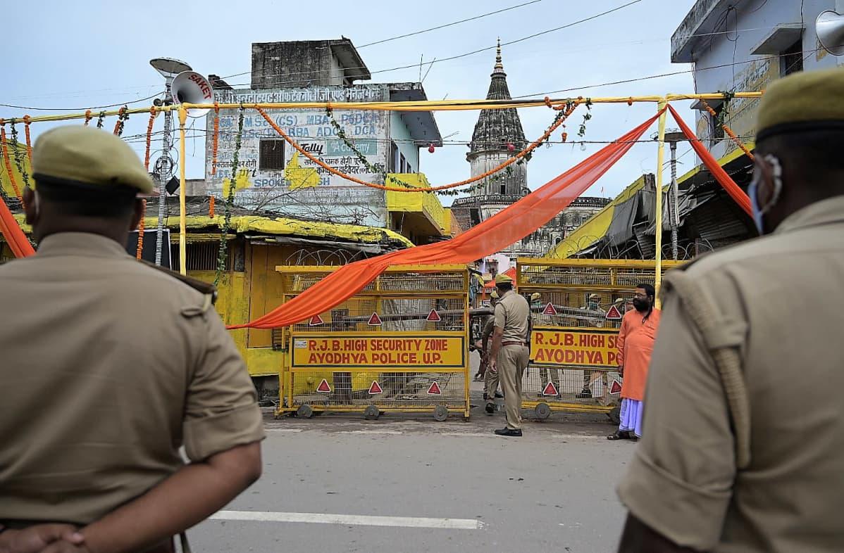 Poliisit seisovat temppelin rakennustyömaan edustalla.