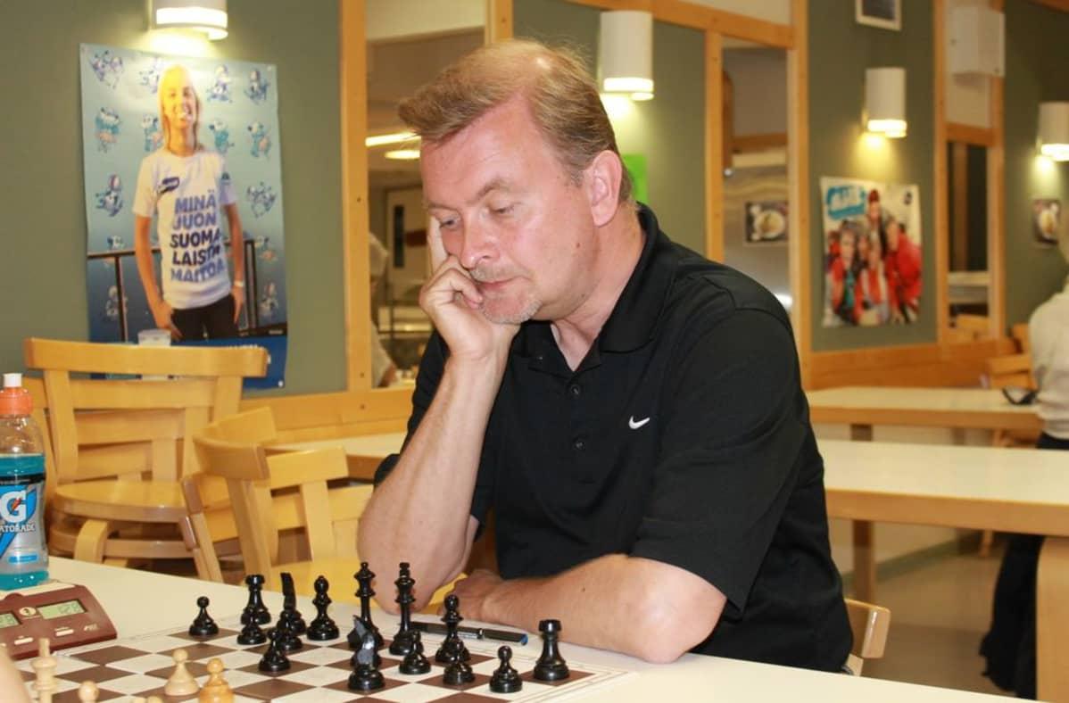Marko Jönhede ja shakkilauta.JPG