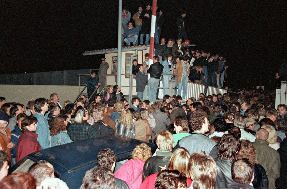 Berliinin muuri murtui.