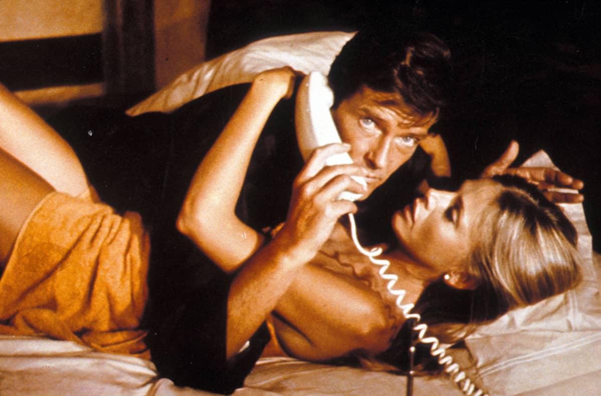 Roger Moore James Bondina ja Britt Ekland 007 ja kultainen ase -elokuvassa.