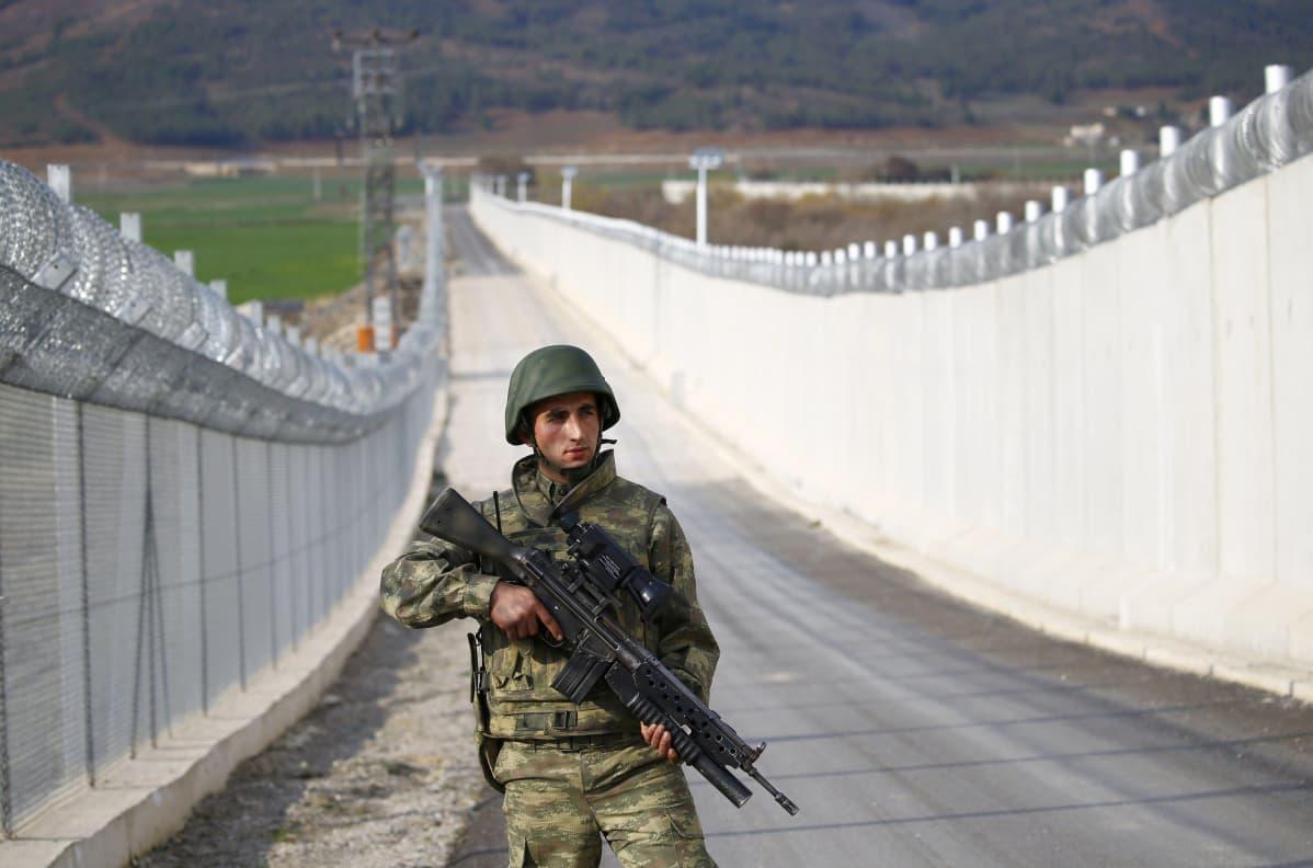 Turkkilainen sotilas partioi Turkin ja Syyrian välisellä rajamuurilla Kilisissä.
