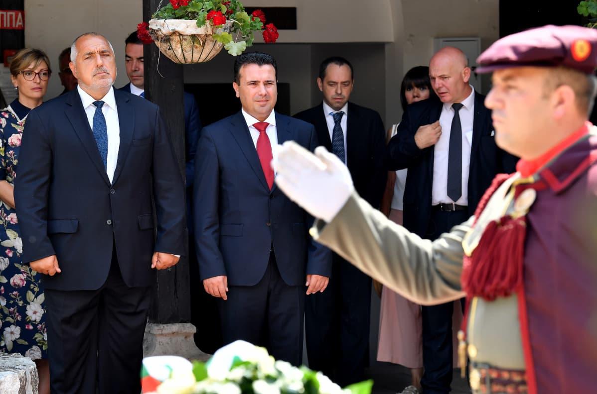 Bulgarian ja Pohjois-Makedonian pääministerit seisovat vierekkäin muistoseremoniassa