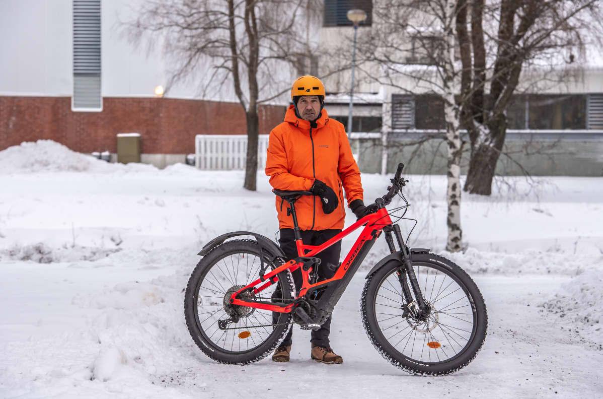 Kokkolalainen Kaj Brandt sähkömaastopyöränsä kanssa.