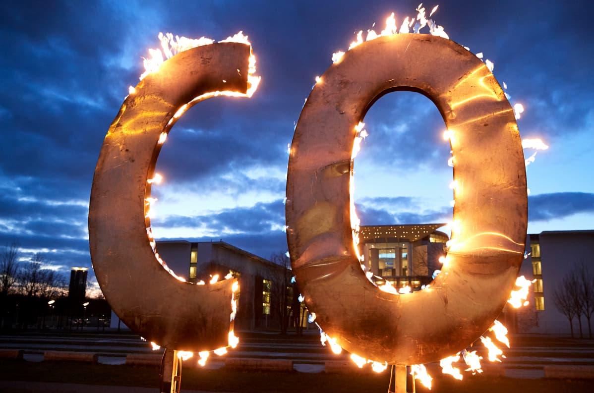 isot c ja o-kirjaimet tulessa