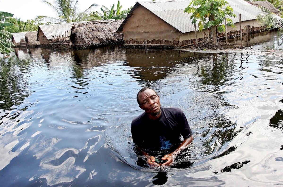 Mies kahlaa tulvavedessä Somalian Jamamessa.