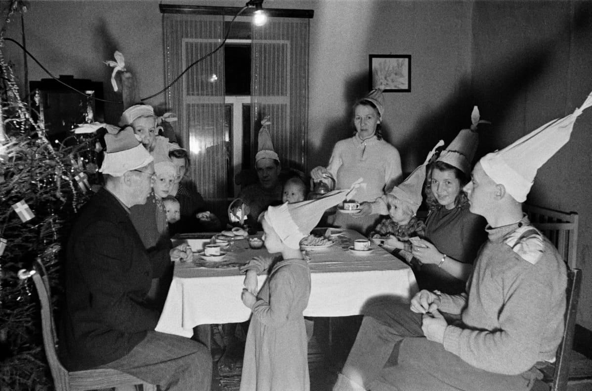 1940-luvulla perhe juhlimassa joulua