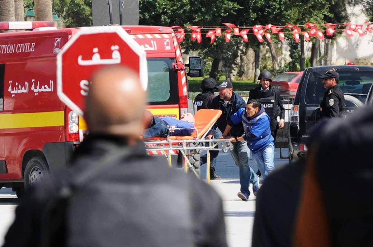 Hoitajat kuljettivat loukkaantuneita sairaalaan Tunisissa keskiviikkona.