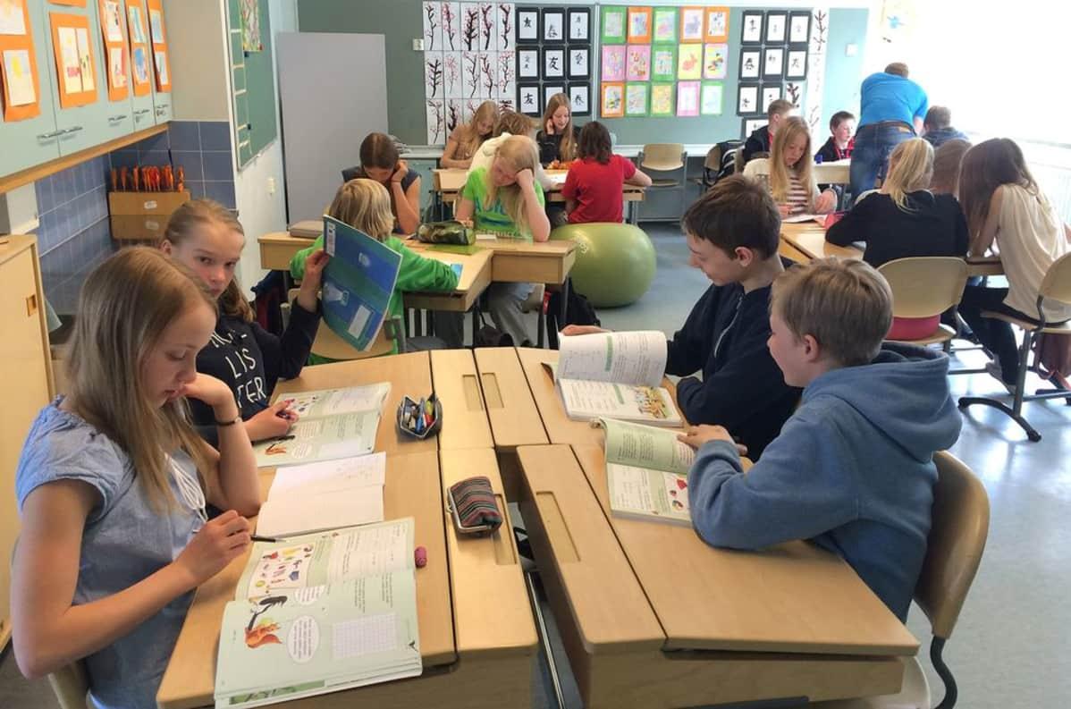 Oppilaita luokassa matematiikan tunnilla.
