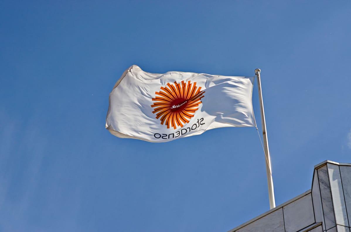 Stora Enson pääkonttorin katolla liehuu lippu.
