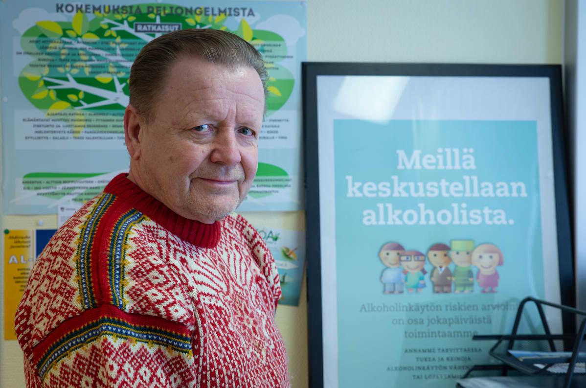 Kokemusasiantuntija Hannu Ylönen työhuoneessaan Korson terveysasemalla.