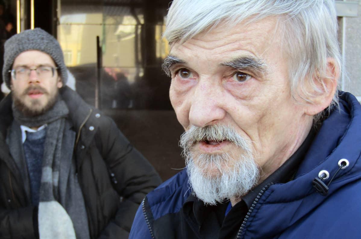 Juri Dmitrijev Petroskoin oikeustalon edessä keväällä 2018.