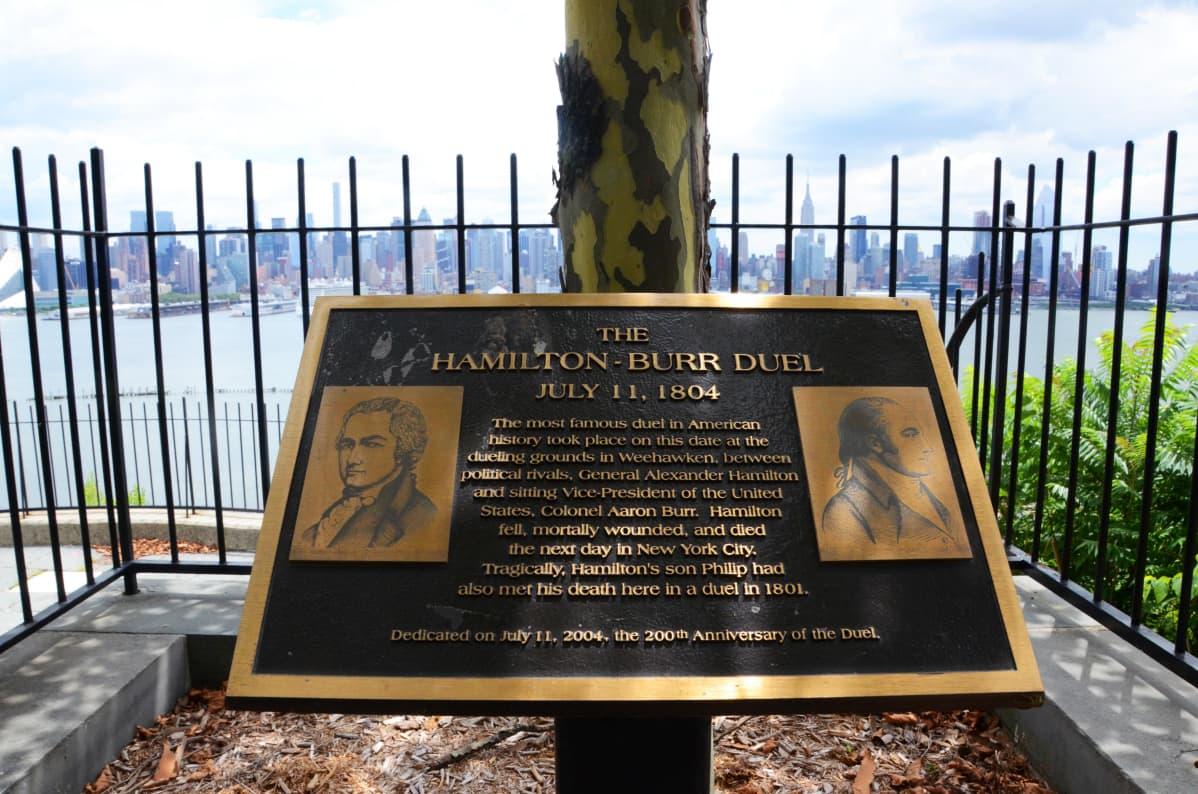 Varapresidentti Alexander Hamiltonin ja eversti Aaron Burrin kaksintaistelupaikalla New Jerseyssa on muistolaatta.