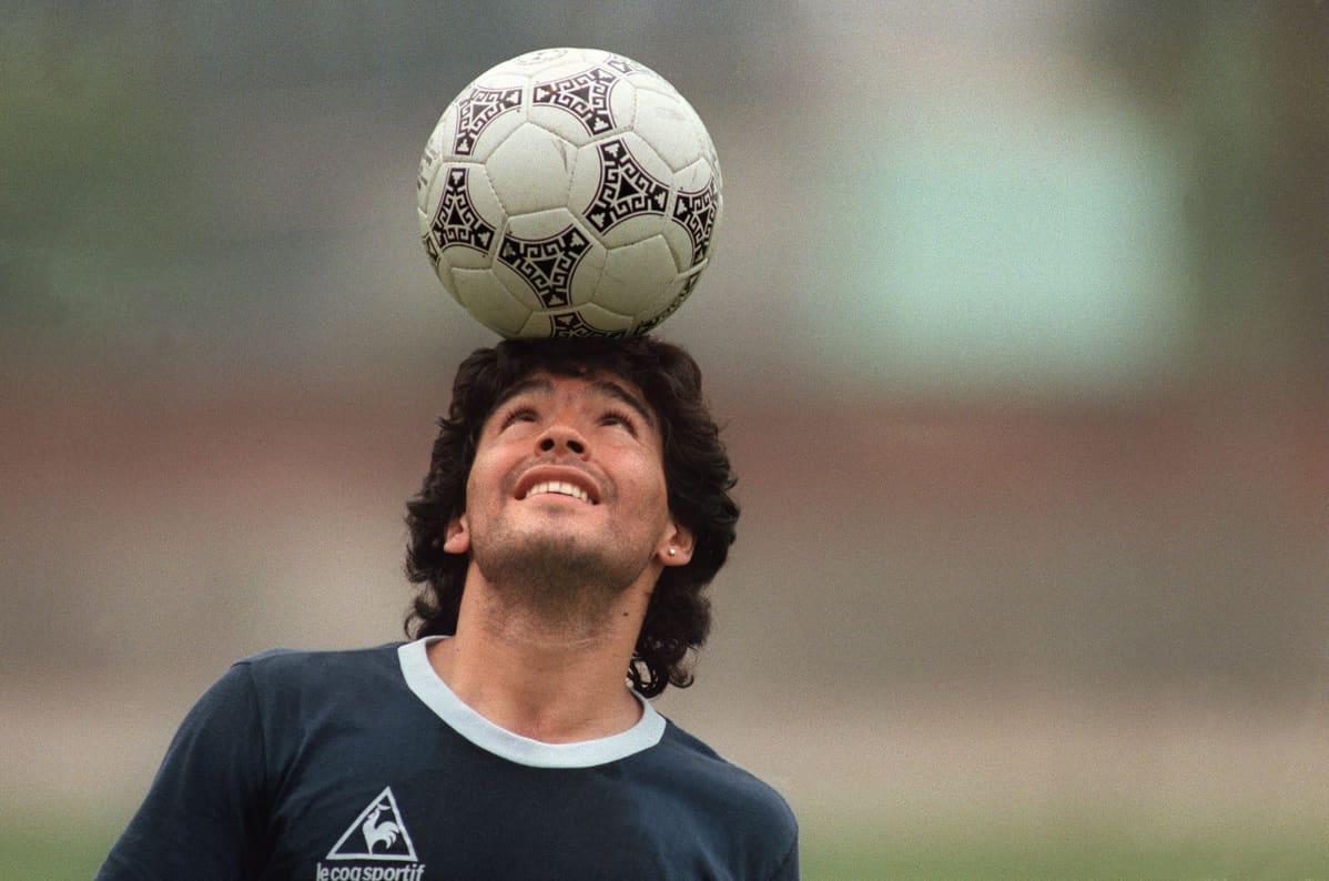 Diego Maradona tasapainottelee jalkapalloa harjoituksissa vuonna 1986 Mexico Cityssä, Meksikossa.