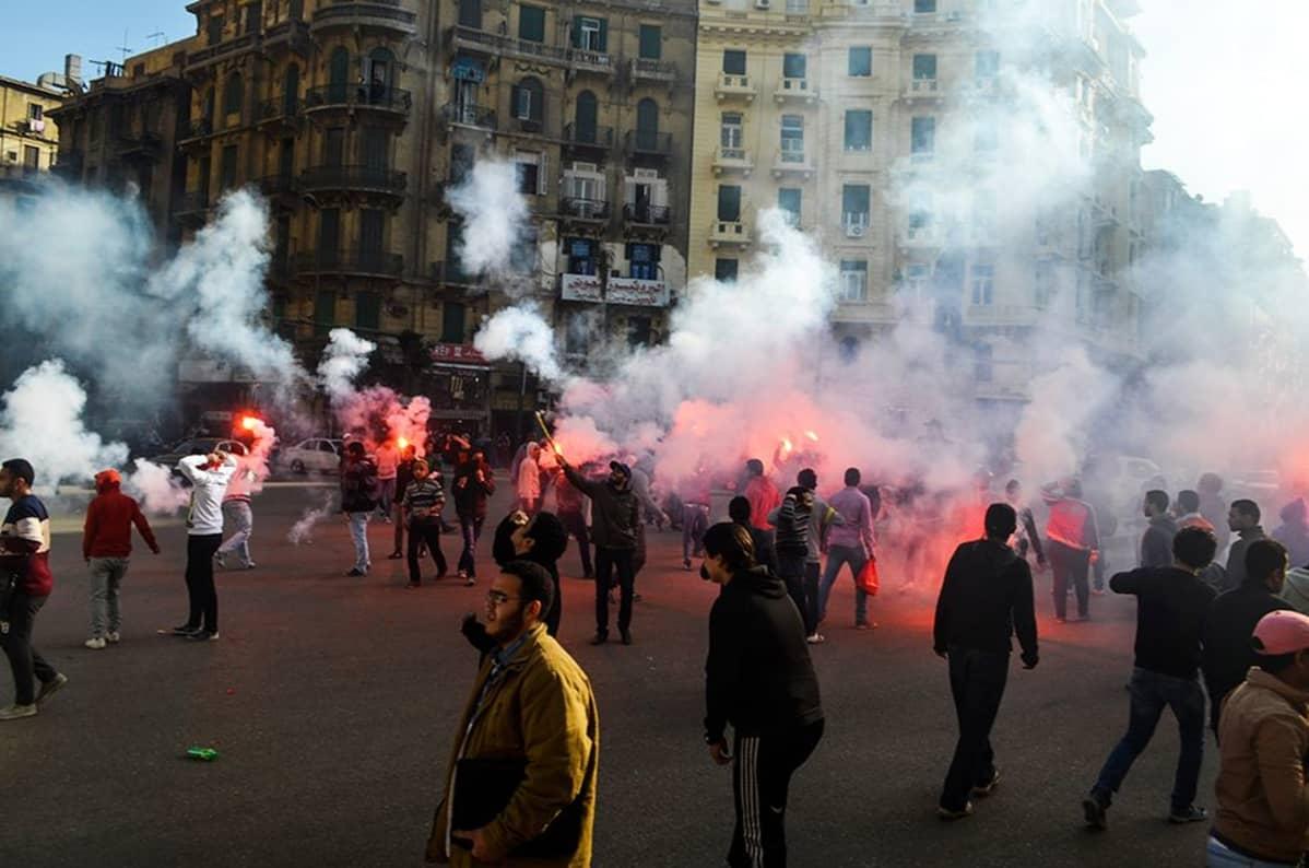 Joukko mielenosoittajia kerääntyi Kairon kadulle tammikuun 22. päivänä vastustamaan oikeuden päätöstä vapauttaa vallasta syrjäytetyn presidentti Hosni Mubarakin pojat Alaa ja Gamal Mubarakin. Heitä syytettiin petoksesta.