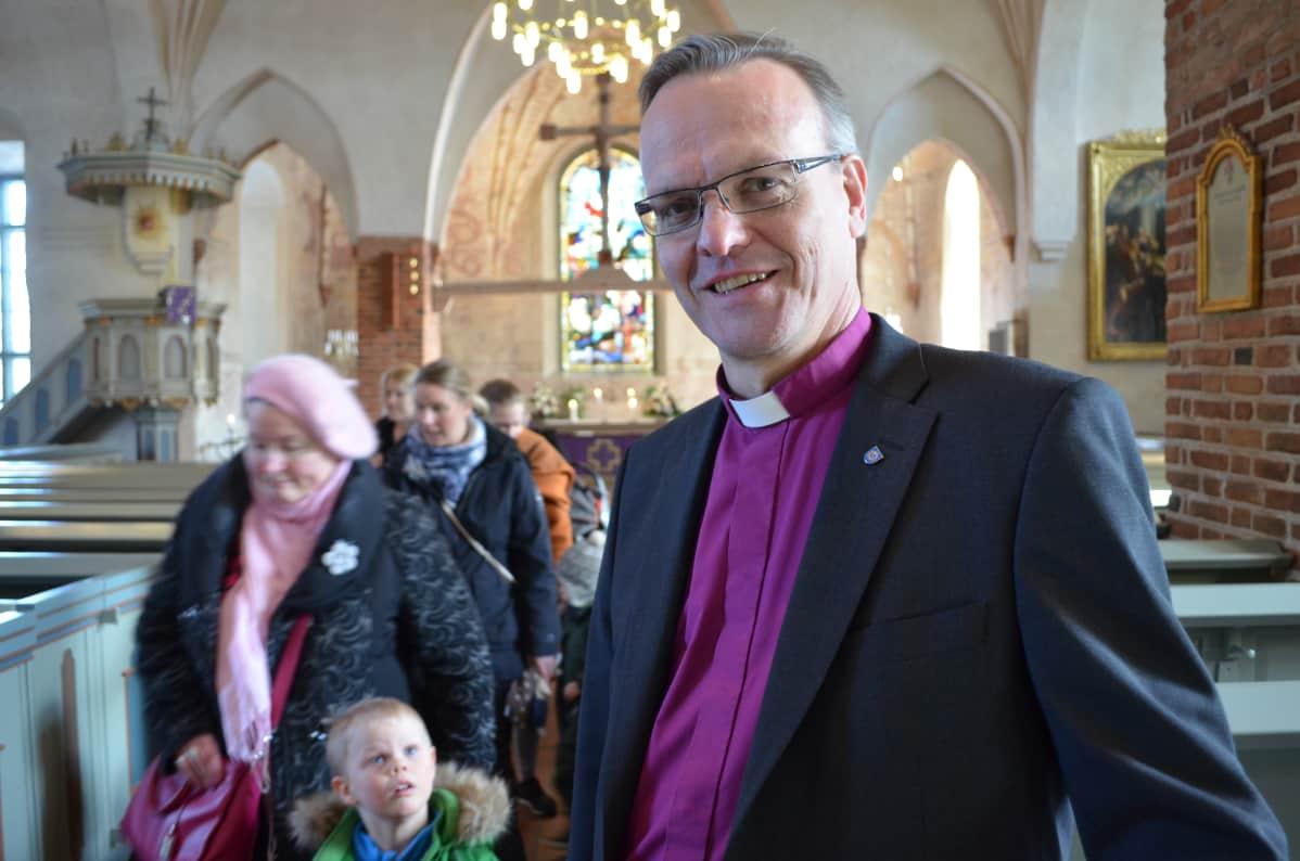 Piispa Tapio Luoma Espoon tuomiokirkossa.