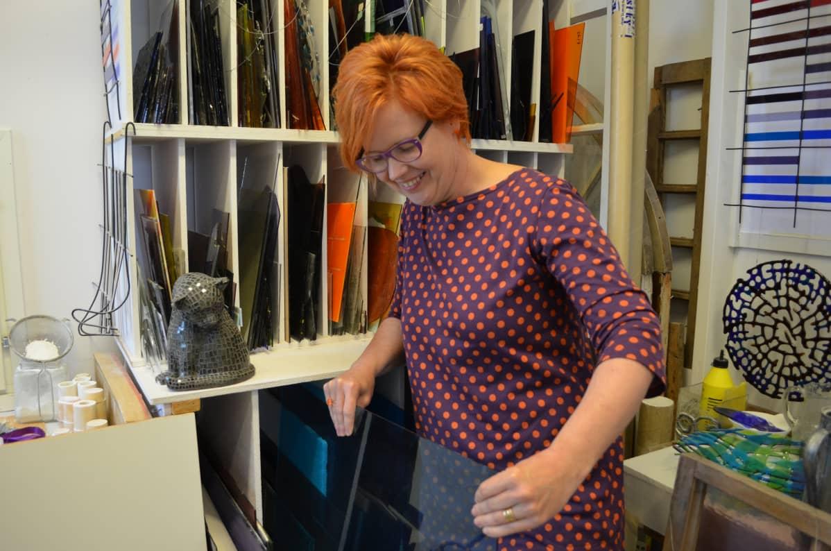 Taidelasi on kallis materiaali. Minna Tuohisto-Kokko ostaa materiaalinsa maahantuojan avulla etupäässä Saksasta.