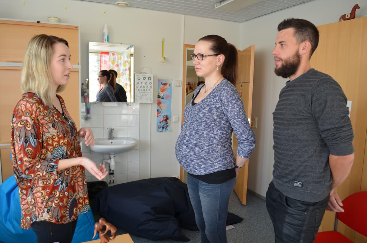 Laura Kortesalmi selvitti Kurikan perhevalmennusmessuilla synnytyslaulun etuja Erika Frösenille ja Ville Kuhnalle.