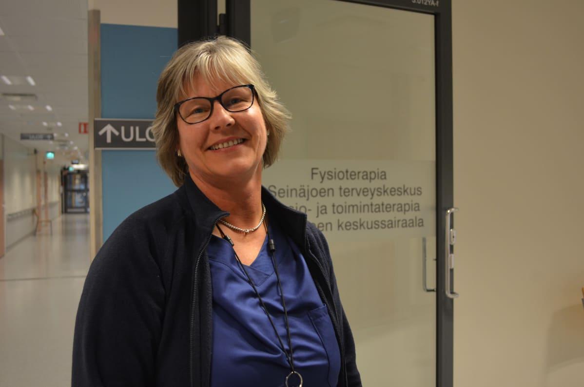 Fysioterapeutti Heljä Peltola Seinäjoen keskussairaalan käytävillä.